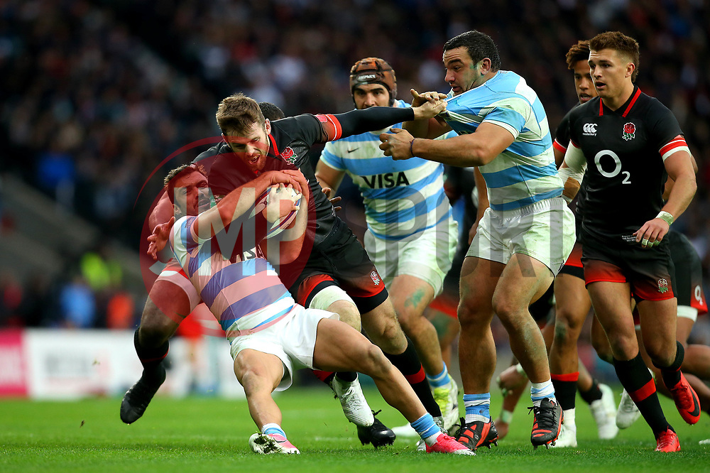 Elliot Daly of England is tackled by Martin Landajo of Argentina - Mandatory by-line: Robbie Stephenson/JMP - 11/11/2017 - RUGBY - Twickenham Stadium - London, England - England v Argentina - Old Mutual Wealth Series