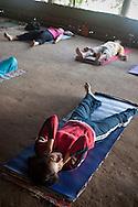 Yoga tidigt på morgonen, Sivananda Ashram i Kerala, Indien