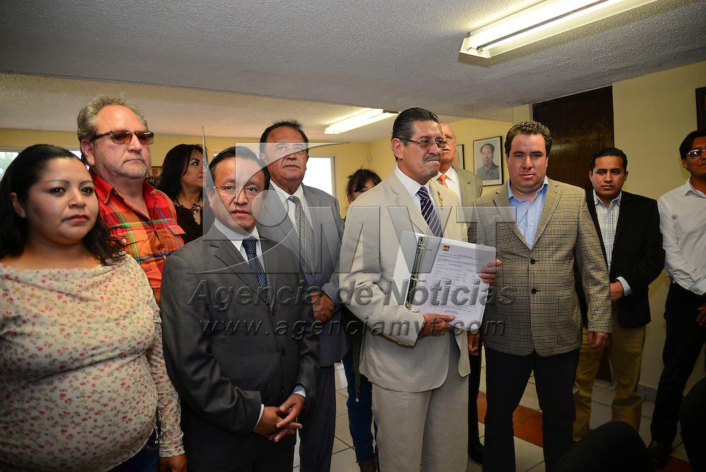 Toluca, Méx.- Guillermo Molina Carbajal se registro como candidato a la alcaldia de Toluca en el Partido del Trabajo, acompañado por familiares y amigos que celebraron con él. Agencia MVT / Crisanta Espinosa