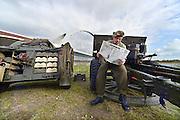 Nederland, Nijmegen, 21-9-2014Engelse re-enactor poseert met een krant uit augustus 1944 bij de brug de oversteek. Zij beschoten in 1944 met hun kanonnen de overkant van de rivier en gaven dekking aan de soldaten die de crossing maakten.Herdenking van De Oversteek, gedaan door amerikaanse soldaten, militairen tijdens de Tweede wereldoorlog. Bij stadsbrug De Oversteek speelt de Koninklijke Landmacht de Waalcrossing na met de 82nd Airborne Division. In drie shifts peddelen de militairen naar de overkant met aan boord de laatste 2 veteranen uit september 1944. De derde nog levende kwam te laat en miste de bootjes. Dit was Moffatt Burriss, een hoogbejaarde veteraan van de 82nd Airborne Division, die de ochtend ervoor zijn legerjack met daarop al zijn onderscheidingen geschonken had aan burgemeester Hubert Bruls van Nijmegen. Re-enactors deden aan het spektakel mee. Een van de meest heroische acties tijdens operatie Market-Garden is de oversteek van de Waal bij Nijmegen in canvas bootjes door een eenheid van de 82nd Airborne Division om op te rukken naar de Waalbrug van Nijmegen.Deze herdenking is de laatste waar veteranen officieel aan deelnemen.FOTO: FLIP FRANSSEN/ HOLLANDSE HOOGTE