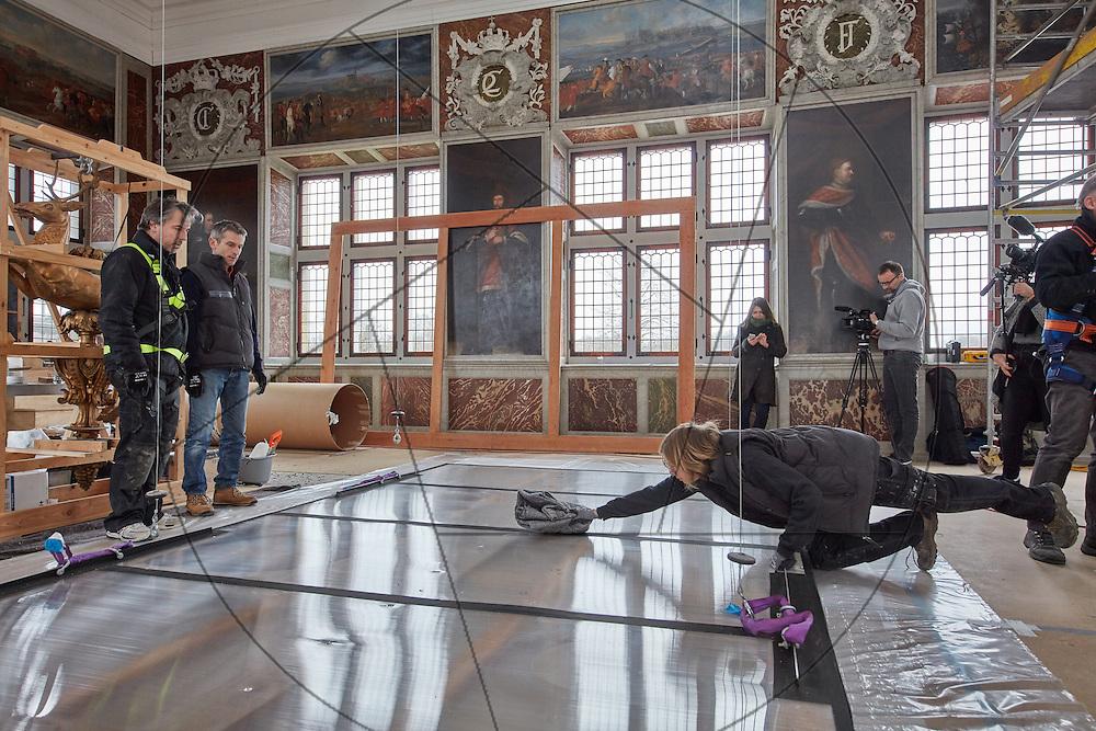 Frederiksborg Slot, audienssalen, ophængning af loftsmaleri, konservatorer igang med montering af loftsmalerier