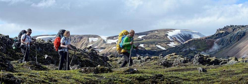 06-07-2014 NED: Iceland Diabetes Challenge dag 2, Landmannalaugar <br /> Trek van Landmannalaugar naar Hrafntinnusker. Een prachtige trekking door de hooggebergte van Landmannalaugar met veel kleuren, sneeuw, gletsjers en zwarte landschappen / Abderrahman, Debbie, Nick