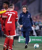Fussball  DFB Pokal  Achtelfinale  2017/2018   FC Bayern Muenchen - Borussia Dortmund        20.12.2017 FC Bayern Mannschaftsarzt Dr. Hans-Wilhelm Mueller-Wohlfahrt (re)