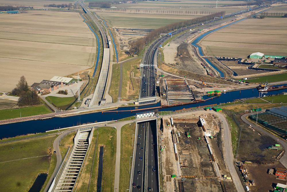Nederland, Zuid-Holland, Noord-Holland, 11-02-2008; Ringvaart Haarlemmermeer, Huigsloterdijk: aanleg nieuw aquaduct voor de te verbreden Rijksweg A4; dit nieuwe aqua-duct komt naast de bestaande aquaducten voor HSL (links) en A4 (midden); de infrastructuur bundel gezien in Noordelijke richting, HSL buigt af naar links (naar Hoofddorp, A4 richting luchthaven Schiphol .transport, infrastructuur, verkeer en vervoer, mobiliteit, hogesnelheidslijn, spoor, rail, HSL, TGV, planologie ruimtelijke ordening, landschap.  .luchtfoto (toeslag); aerial photo (additional fee required); .foto Siebe Swart / photo Siebe Swart