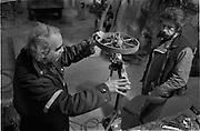 Jean Tinguely (* 22. Mai 1925 in Freiburg/Fribourg; &dagger; 30. August 1991 in Bern) war ein Schweizer Maler und Bildhauer des Nouveau R&eacute;alisme. Er gilt als einer der Hauptvertreter der kinetischen Kunst. Tinguely wurde vor allem durch seine beweglichen Skulpturen bekannt.<br /> Jean Tinguely, n&eacute; le 22 mai 1925 &agrave; Fribourg et mort le 30 ao&ucirc;t 1991 &agrave; Berne, est un sculpteur, peintre et dessinateur suisse.<br /> Il remet en question l&rsquo;acad&eacute;misme de l&rsquo;art cr&eacute;ant des machines construites en partie avec des objets de r&eacute;cup&eacute;ration qui comptent parmi les innovations les plus vivantes de la sculpture du xxe si&egrave;cle. &copy; romano p. riedo / fotopunkt.com