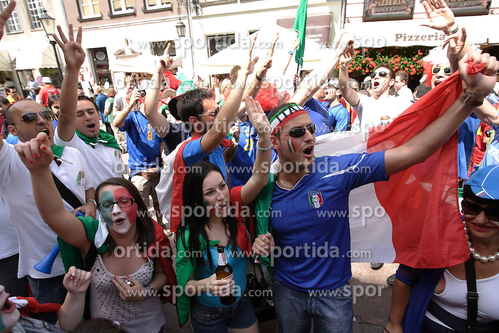 10.06.2012, Strassen, Danzig, POL, UEFA EURO 2012, Spanien vs Italien, FANS, im Bild Italienische Fans feiern vor dem ersten Spiel // Italian Fans celebrate in front of the first Match at the EURO 2012 at the streets, Gdansk, Poland on 2012/06/10. EXPA Pictures © 2012, PhotoCredit: EXPA/ Newspix/ Michal Fludra..***** ATTENTION - for AUT, SLO, CRO, SRB, SUI and SWE only *****
