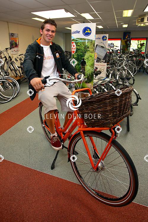 KERKDRIEL - Een delegatie van Gazelle heeft Twan van Gendt (die op de Olympische Spelen vijfde werd in de BMX-klasse) een nieuwe fiets overhandigd. Alle Nederlandse Olympische sporters ontvangen zo'n fiets. Met hier op de foto Twan van Gendt die trots is met de nieuwe Gazelle Fiets. FOTO LEVIN DEN BOER - PERSFOTO.NU
