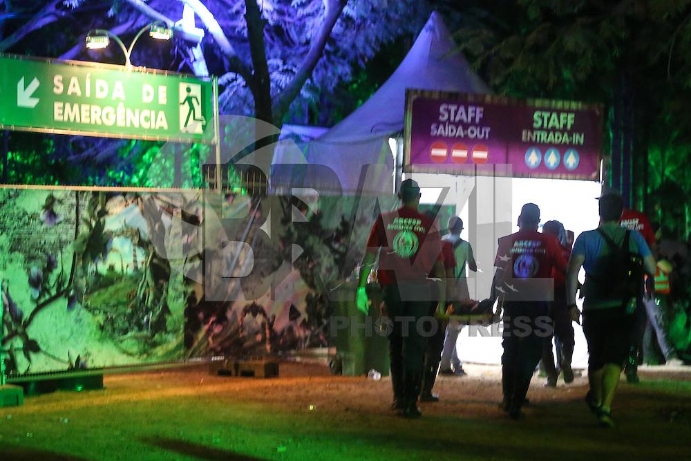 ITU, SP, 21.04.2016 - TOMORROWLAND-BRASIL - Jovem necessita de atendimento médico durante o segundo dia do Tomorrowland Brasil, realizada no Parque Maeda, em Itu (SP), nesta quinta-feira, 21. O evento acontece até sábado dia 23 de abril. (Foto: William Volcov/Brazil Photo Press)