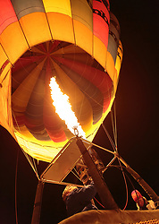 05.02.2018, Lechnerberg, Kaprun, AUT, Nacht der Ballone, im Bild Heissluftballone werden mit einem Gasbrenner beheizt // Hot air balloons are heated with a gas burner during the International Balloonalps Week, Lechnerberg, Kaprun, Austria on 2018/02/05. EXPA Pictures © 2018, PhotoCredit: EXPA/ Stefanie Oberhauser