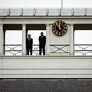 Overbrengen lichaam van overleden prins Bernhard van paleis Soestdijk, personeel om vlag te hijsen