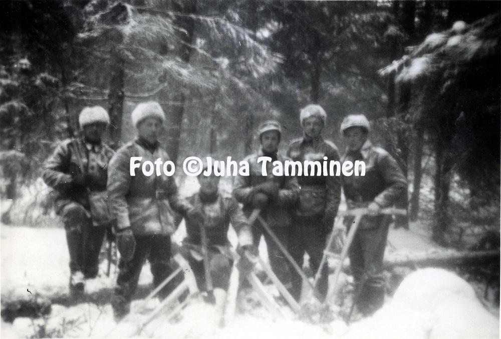 HJK:n &amp; maajoukkueen pelaaja Armas Pyyn albumi. <br /> Talvisodassa. Armas Pyy kolmas vasemmalta. Kuva vuodelta 1939.