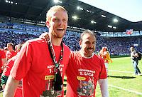 2. Fussball Bundesliga:  Saison  2010/2011    33. Spieltag  FC Augsburg - FSV Frankfurt     08.05.2011 AUGSBURG JUBEL NACH DEM AUFSTIEG IN DIE ERSTE 1. BL JUBEL Uwe Moehrle  mit Trainer Jos Luhukay (v. li., FC Augsburg)