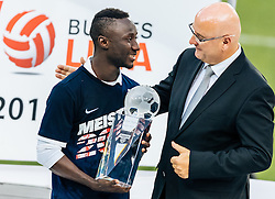 15.05.2016, Red Bull Arena, Salzburg, AUT, 1. FBL, FC Red Bull Salzburg, Meisterfeier, im Bild Spieler der Saison Naby Keita (Red Bull Salzburg), Präsident der österreichischen Fußball-Bundesliga Hans Rinner // Player of the Season Naby Keita (Red Bull Salzburg), President of the Austrian Football Bundesliga Hans Rinner during the FC Red Bull Salzburg Champions Party of Austrian Football Bundesliga at the Red Bull Arena, Salzburg, Austria on 2016/05/15. EXPA Pictures © 2016, PhotoCredit: EXPA/ JFK