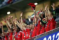 v.l. Mario Gomez, David Alaba, Franck Ribery, Thomas Mueller, Philipp Lahm mit Pokal, Mario Mandzukic, Rafinha Pokal<br /> Fussball, Champions League, Finale 2013, Borussia Dortmund - FC Bayern München 1:2<br /> Norway only
