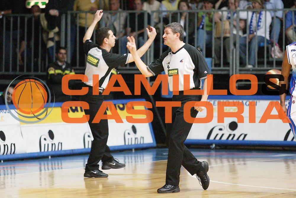 DESCRIZIONE : Cantu Lega A1 2005-06 Vertical Vision Cantu Carpisa Napoli <br /> GIOCATORE : Arbitro Curiosita<br /> SQUADRA : <br /> EVENTO : Campionato Lega A1 2005-2006 <br /> GARA : Vertical Vision Cantu Carpisa Napoli <br /> DATA : 11/05/2006 <br /> CATEGORIA : Arbitro Curiosita<br /> SPORT : Pallacanestro <br /> AUTORE : Agenzia Ciamillo-Castoria/G.Cottini