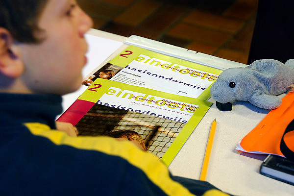 Nederland, Nijmegen, 8-2-2006Een leerling van groep 8 van een basisschool in Nijmegen maakt de cito toets.Foto: Flip Franssen/Hollandse Hoogte