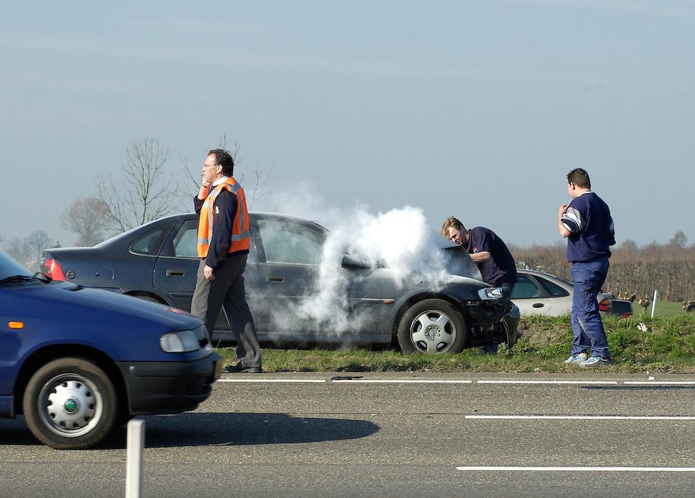 Nederland, Bodegraven, 28-3-2002..Ongeluk op de A12. Na botsing vliegt auto in brand, maar gelukkig heeft er iemand een brandblusser bij zich. .verkeer..Foto (c) Michiel Wijnbergh/Hollandse Hoogte