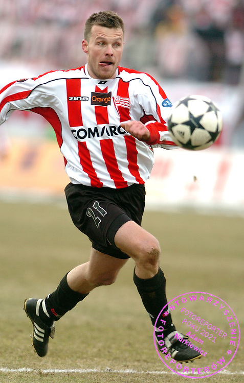n/z.: Marcin Bojarski (nr21-Cracovia) podczas meczu ligowego Cracovia Krakow (czerwono-biale) - Wisla Krakow (czerwone) 1:1 , I liga polska , 19 kolejka sezon 2005/2006 , pilka nozna , Polska , Krakow , 12-03-2006 , fot.: Adam Nurkiewicz / mediasport..Marcin Bojarski (nr21-Cracovia) controls the ball during Polish league first division soccer match in Cracow. March 12, 2006 ; Cracovia Krakow (red-white) - Wisla Krakow (red) 1:1 ; first division , 19 round season 2005/2006 , football , Poland , Cracow ( Photo by Adam Nurkiewicz / mediasport )