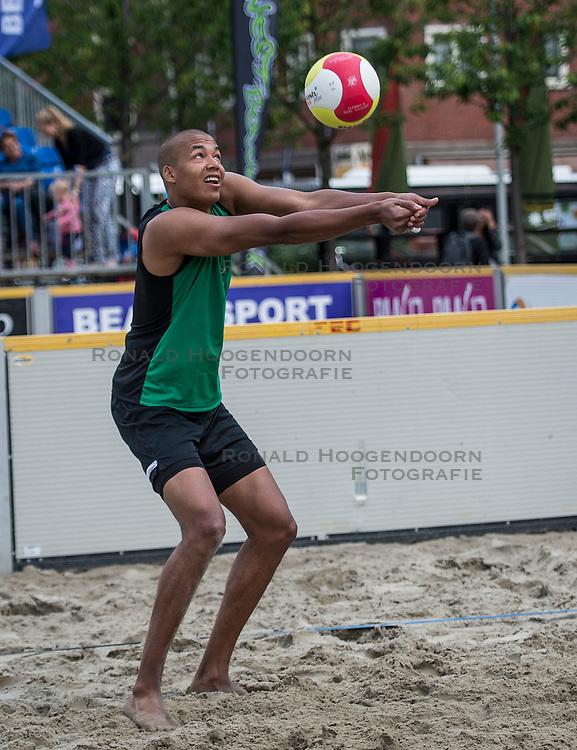 17-06-2016 NED: Beachvolleybaltoernooi eredivisie, Amsterdam<br /> Op het Mercatorplein in Amsterdam gaan de beachers uit de eredivisie van start / Nimir Abdelaziz #1