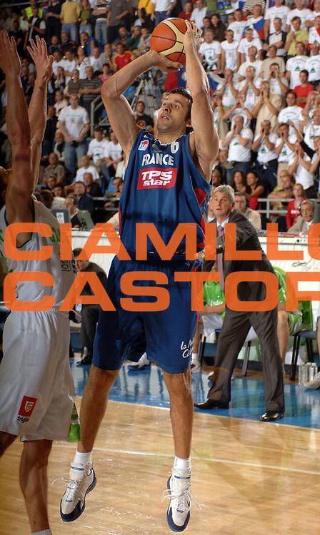 DESCRIZIONE : Belgrado Eurobasket Men 2005 Slovenia-Francia<br /> GIOCATORE : Rigaudeau<br /> SQUADRA : Francia France<br /> EVENTO : Eurobasket Men 2005 Campionati Europei Uomini 2005<br /> GARA : Francia Slovenia France Slovenia<br /> DATA : 18/09/2005<br /> CATEGORIA :<br /> SPORT : Pallacanestro<br /> AUTORE : Ciamillo&amp;Castoria/Fiba Europe Pool