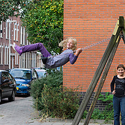 Nederland Rotterdam 01-10-2009 20091001 Foto: David Rozing  Twee autochtone meiden spelen in de wijk Kralingen, schommelen.  Two girls playing in the neighbourhood.                                                    .Foto: David Rozing