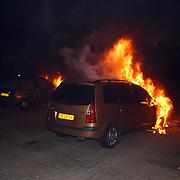 5 auto's in brand door pyromaan Eem Huizen, brandweerman wachtend op water
