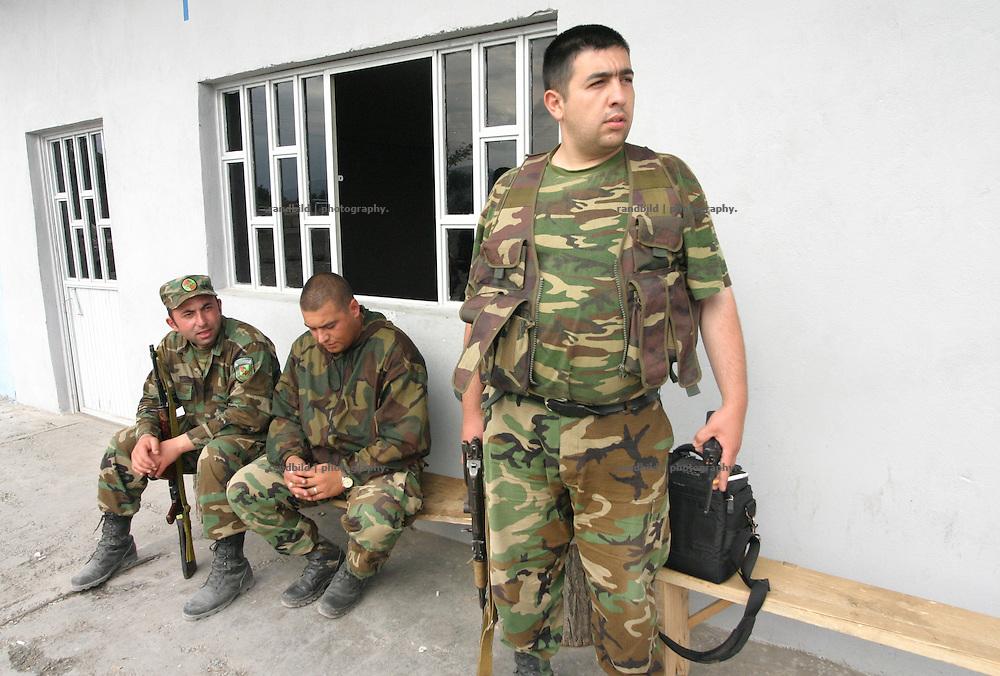 Ein Checkpoint georgischer Truppen an der Grenze zur international nicht anerkannten Republik Süd-Ossetien. Als die Sowjetunion Anfang der 1990er zerfiel, erklärte sich Süd-Ossetien unabhängig und spalte sich von Georgien ab. Den anschliessenden Krieg gewannen die Süd-Osseten. Seit dem kommt es immer wieder zu bewaffneten und unbewaffneten Zwischenfällen. A checkpoint of the georgian military at the borderline of the unrecognized Republic of South-Ossetia. During the breakdown of the Sowjet-Union South-Ossetia split off Geogia and declared itself as independent. They won the following war between them and Georgia. South-Ossetia is an international unrecognized state.