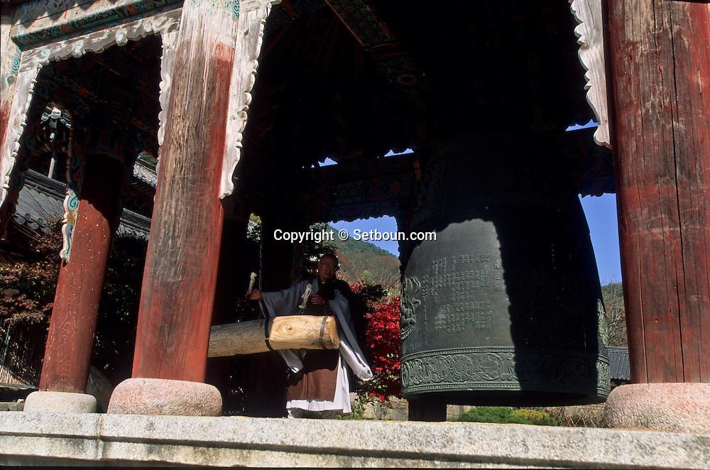 Hwaomsa temple Shogye Zen sect, in the Chirisan park  Seoul  Korea   temple bouddhiste de Hwaomsa, secte zen Shogye, parc de Chirisan  Hwaemsa  coree  ///R20134/    L0006883  /  R20134  /  P105149///Niche au coeur de forêts de pins et de théiers sauvages plantés en 850, le temple de la guirlande de fleurs, Hwaeom-sa, abrite le JANGYUK JEON, l'un des plus grands halls bouddhiques de Corée.