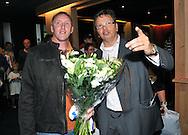 23-08-2008 Voetbal:Willem II: Opendag:Tilburg<br /> Mister Willem II, beter bekend als John Feskens, opent het nieuwe supportersclub die naar hem vernoemd is, D'n Beitel. Directeur Ton Gimbrère van de Bonheur groep laat Feskens zijn portret zien in de nieuwe Beitel<br /> Foto: Geert van Erven