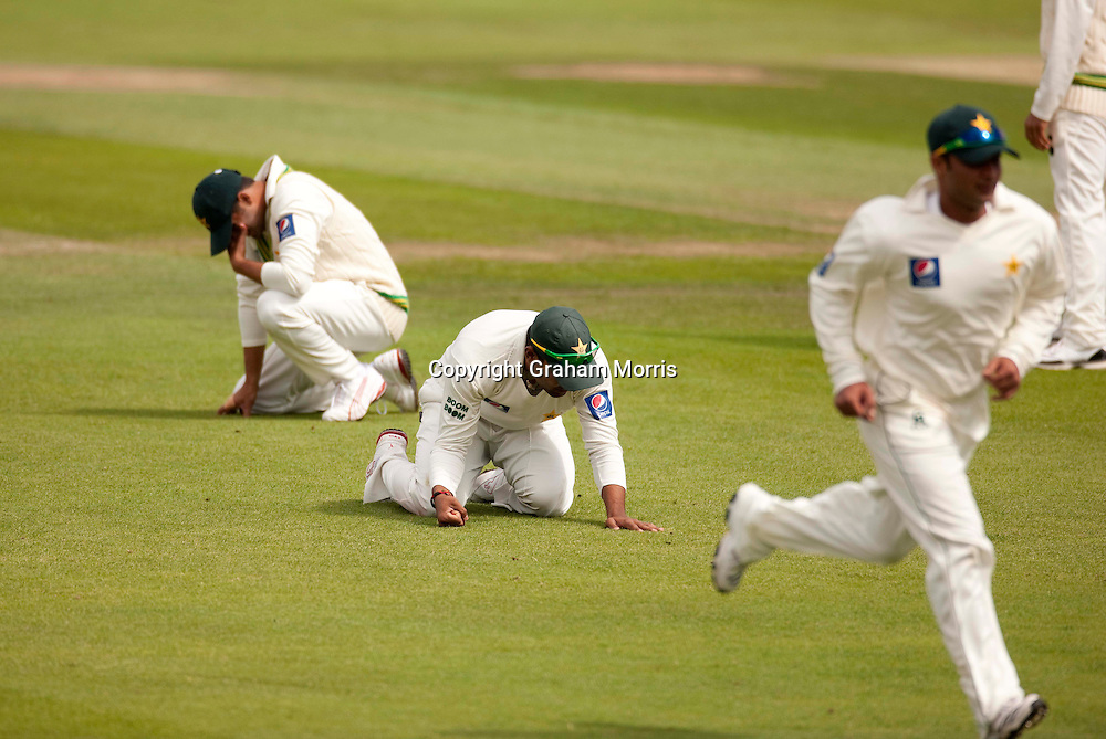 Heads go down as Michael Clarke is not caught in the slips during the second MCC Spirit of Cricket Test Match between Pakistan and Australia at Headingley, Leeds.  Photo: Graham Morris (Tel: +44(0)20 8969 4192 Email: sales@cricketpix.com) 23/07/10