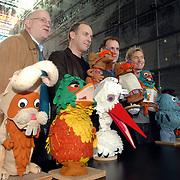 NLD/Hilversum/20070305 - Fotoshoot poppen de Fabeltjeskrant Musical, Ruud de Graaf, Alain de Levita, Robin de Levita en Hans Cornelissen met enkele poppen