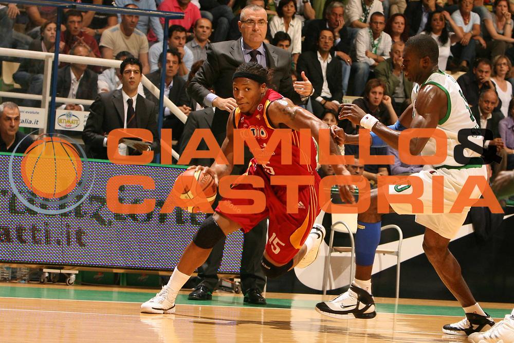 DESCRIZIONE : Siena Lega A1 2007-08 Playoff Finale Gara 1 Montepaschi Siena Lottomatica Virtus Roma <br /> GIOCATORE : David Hawkins<br /> SQUADRA : Lottomatica Virtus Roma<br /> EVENTO : Campionato Lega A1 2007-2008 <br /> GARA : Montepaschi Siena Lottomatica Virtus Roma <br /> DATA : 03/06/2008 <br /> CATEGORIA : palleggio<br /> SPORT : Pallacanestro <br /> AUTORE : Agenzia Ciamillo-Castoria/E.Castoria<br /> Galleria : Lega Basket A1 2007-2008 <br /> Fotonotizia : Siena Campionato Italiano Lega A1 2007-2008 Playoff Finale Gara 1 Montepaschi Siena Lottomatica Virtus Roma <br /> Predefinita :