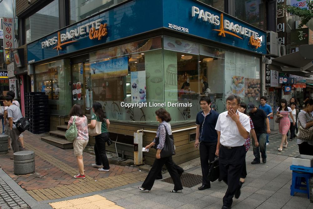Paris Baguette Cafe in City hall district in Seoul, South Korea. 2009<br /> <br /> Boutique Paris Baguette Cafe dans le quartier de City hall, Seoul, Coree du Sud.