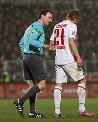 12.04.2010, Millerntor-Stadion, Hamburg, GER, 2. FBL, FC St. Pauli vs FC Augsburg, im Bild Schiri Florian Meyer und Michael Thurk (Augsburg#27), EXPA Pictures © 2010, PhotoCredit: EXPA/ nph/  Kohring / SPORTIDA PHOTO AGENCY