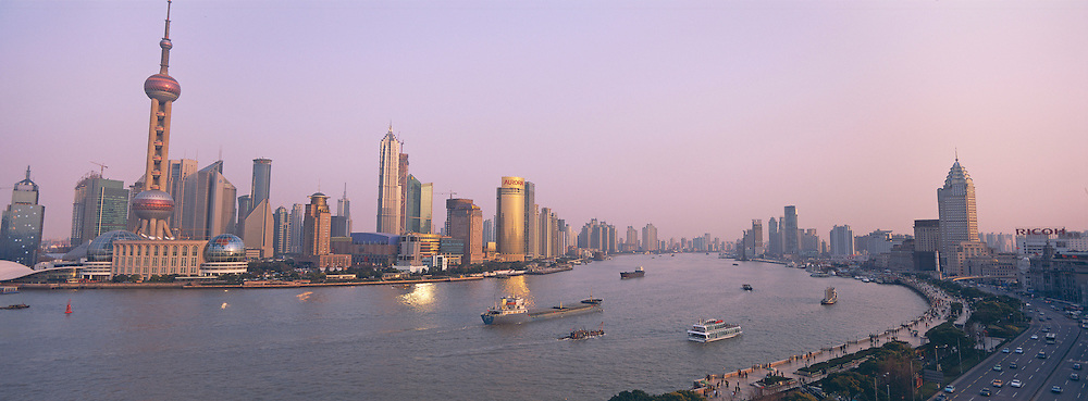 Chine. Shanghai. vue de Pudong, le quartier des affaires. // China. Shanghai. The Huangpu River and many of the new towers of Pudong, including the Oriental Pearl TV Tower.