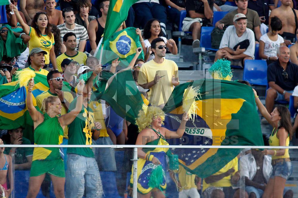 RAVENNA, ITALIA, 10 DE SETEMBRO DE 2011 - COPA DO MUNDO DE BEACH SOCCER - Torcida do Brasil comemora vitoria sobre Portugal por 4 a 1 válida pelas semi finais do Mundial de Futebol de Areia, no Stadium Del Mare em Ravenna, na Italia, neste sabado (10). (FOTO: WILLIAM VOLCOV - NEWS FREE).