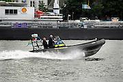 Een snelle patrouilleboot van rijkswaterstaat vaart op de Merwede bij Dordrecht.Foto: Flip Franssen/Hollandse Hoogte