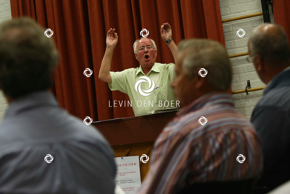 POEDEROIJEN - Leen Groeneveld neemt na 46 jaar afscheid als dirigent van mannenkoor Ons Genoegen in Poederoijen. FOTO LEVIN DEN BOER - PERSFOTO.NU
