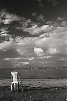 Una sedia sulla spiaggia, sul Viale del Tramonto di Capo San Vito, a Taranto