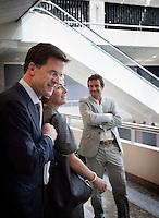 Nederland. Den Haag, 20 mei 2010. <br /> Verantwoordingsdag in Tweede Kamer, Rutte passeert Halsema in de wandelgang rond de plenaire vergaderzaal.<br /> vvd; groenlinks; rute; halsema; politiek; tweede kamer; parlement<br /> Foto Martijn Beekman