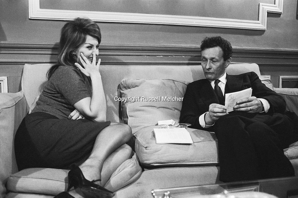 Sophia Loren, Italian movie star and Jean Louis Barrault famous french actor got together because Sophia was asked whom she would like to meet , she suggested Jean Louis Barrault whom she'd never met.<br /> <br /> <br /> Sophia Loren , star de cin&eacute;ma italien et Jean Louis Barrault c&eacute;l&egrave;bre acteur fran&ccedil;ais se sont r&eacute;unis parce que Sophia a demand&eacute; qui elle aimerait rencontrer , elle a sugg&eacute;r&eacute; Jean Louis Barrault qu'elle avait jamais rencontr&eacute;.
