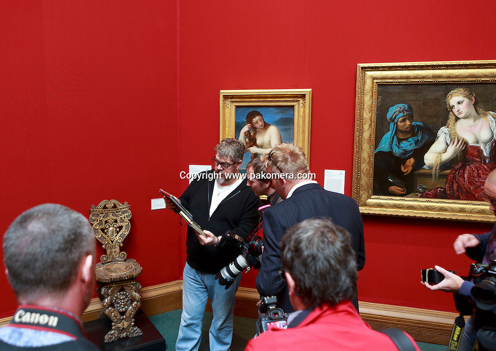 Phill Jupitus showing is drawing to the members of the press.<br />