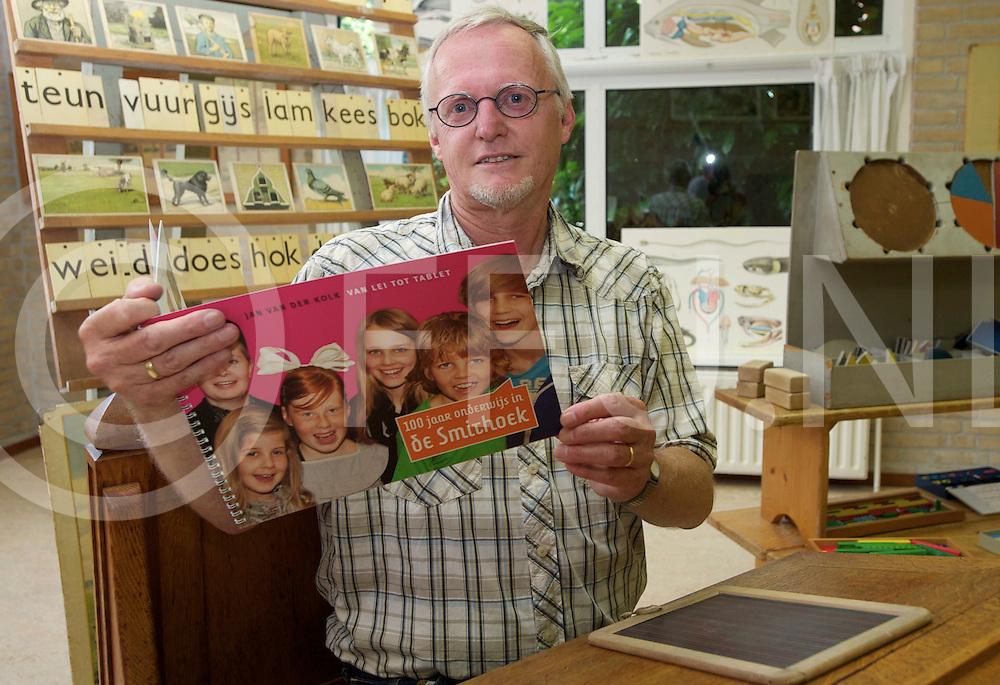 DEN Ham - Jan van de Kolk stelt historisch boek samen..foto: Jan in een historisch hoekje, dat wegens het jubileum is gemaakt..FFU PRESS AGENCY COPYRIGHT FRANK UIJLENBROEK.FU120629