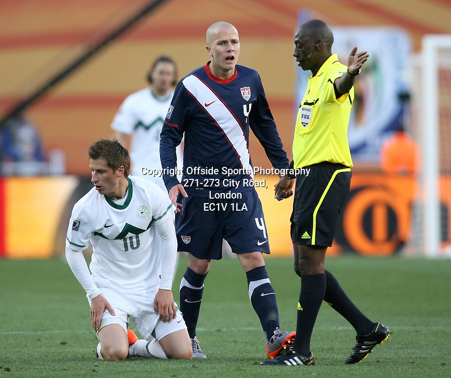 18/06/2010 - 2010 FIFA World Cup - Slovenia vs. USA - Michael Bradley of USA shouts at referee Koman Coulibaly - Photo: Simon Stacpoole / Offside.