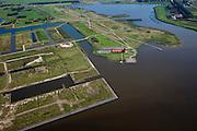 Nederland, Groningen, Oldambt, 08-09-2009; Blauwestad, nieuw aangelegd woongebied inclusief recreatiegebied. Het Oldambtmeer dient ook als waterberging. Het project Blauwe Stad is bedoelt om de economisch achtergebleven regio van Noordoost Groningen een impuls te geven.Links van het het informatie en verkoopcentrum nog onbebouwd de wijk 'het Dorp'. .Blauwestad (Blue City) newly constructed residential area, including recreational lake. The Oldambt lake also serves as water storage.  The Blue City project is meant to give a boost to the  economically backward region of northeast Groningen.luchtfoto (toeslag); aerial photo (additional fee required); .foto Siebe Swart / photo Siebe Swart