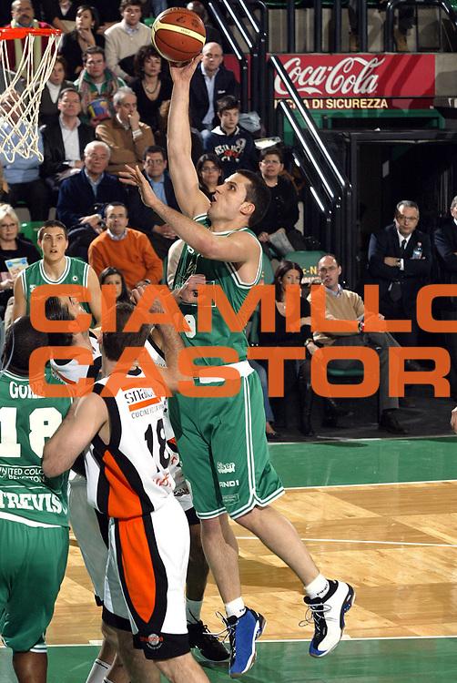 DESCRIZIONE : Treviso Lega A1 2005-06 Benetton Treviso Snaidero Udine<br /> GIOCATORE : Popovic<br /> SQUADRA : Benetton Treviso <br /> EVENTO : Campionato Lega A1 2005-2006<br /> GARA : Benetton Treviso Snaidero Udine<br /> DATA : 15/01/2006<br /> CATEGORIA : Tiro<br /> SPORT : Pallacanestro<br /> AUTORE : Agenzia Ciamillo-Castoria/E.Pozzo