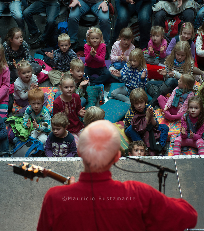 Fredrik Vahle ist ein deutscher Liedermacher und Autor. Bekannt wurde er durch seine Kinderlieder und -bücher. Frederik Vahle ist Mitglied im PEN-Zentrum Deutschland