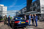 ROTTERDAM - Koning Willem-Alexander (R) wordt welkom geheten voorafgaand aan het jubileumcongres ter gelegenheid van het 175-jarig bestaan van de Koninklijke Notariele Beroepsorganisatie (KNB) in de Van Nelle Fabriek. ANP ROYAL IMAGES ROBIN UTRECHT **NETHERLANDS ONLY**