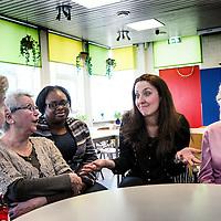 Nederland, Rotterdam, 31 maart 2016.<br /> Leyla Cakir, sociaal werker en voorzitster van Al Nisa.<br /> Op de foto: Leyla in gesprek met alleenstaande ouderen.<br /> Al Nisa ('de vrouwen') is een vrijwilligersorganisatie voor moslimvrouwen en kinderen en voor vrouwen met interesse voor de islam.<br /> <br /> Foto: Jean-Pierre Jans