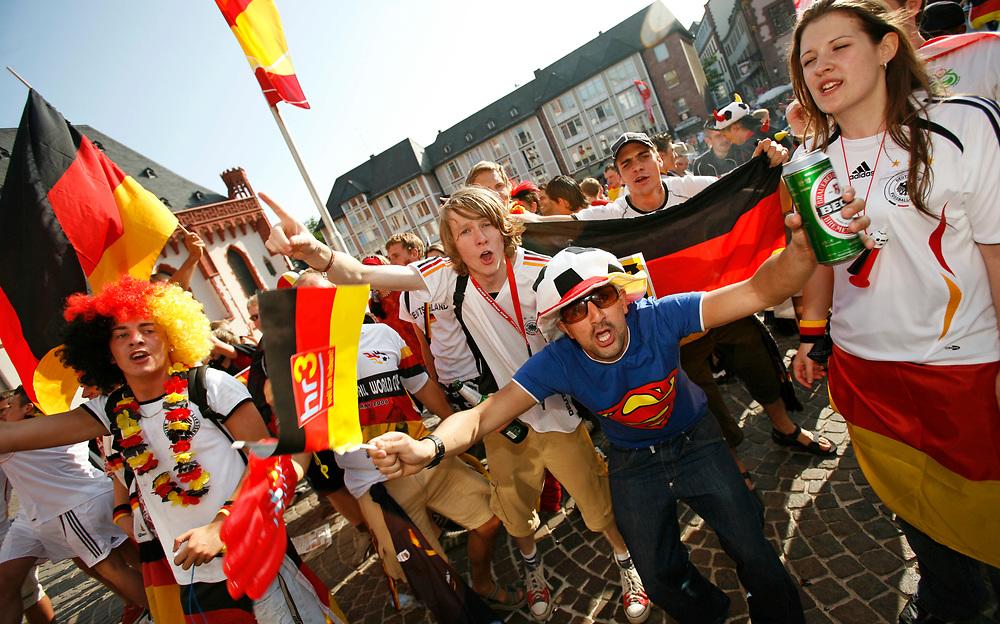 Frankfurt   Deutschland 20.06.2006: Deutsche Fu&szlig;ballfans feiern den Sieg der deutschen Mannschaft gegen Ecuador im letzten Gruppenspiel der WM 2006 mit jeder Menge schwarz-rot-goldener Fanartikel.<br /> <br /> hier: Auch mit den anwesenden holl&auml;ndischen Fans wird (mehr oder weniger) gefeiert<br /> <br /> Sascha Rheker<br /> 20060620<br /> <br /> [Inhaltsveraendernde Manipulation des Fotos nur nach ausdruecklicher Genehmigung des Fotografen. Vereinbarungen ueber Abtretung von Persoenlichkeitsrechten/Model Release der abgebildeten Person/Personen liegt/liegen nicht vor.]